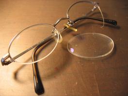 壊れたメガネの図